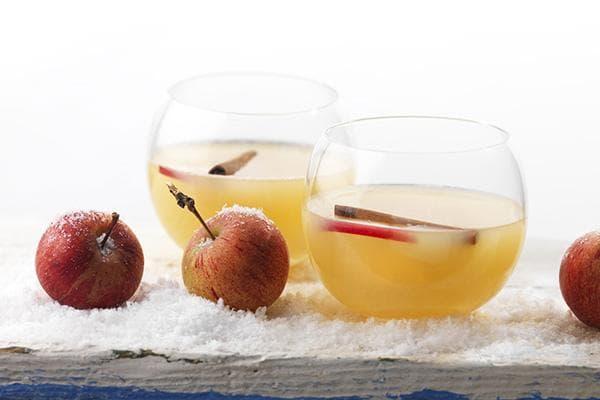 Яблочный напиток с палочками корицы