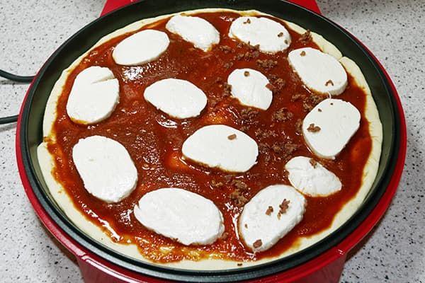 Пицца с моцареллой в пиццамейкере