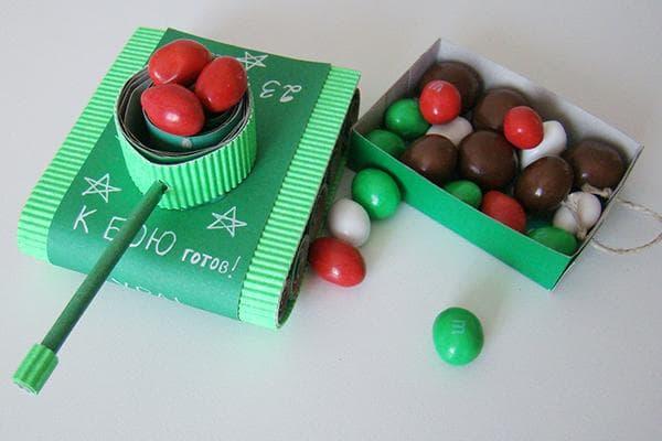 Коробочка-танк с конфетками