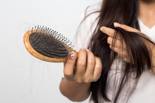 Волосы на расческе