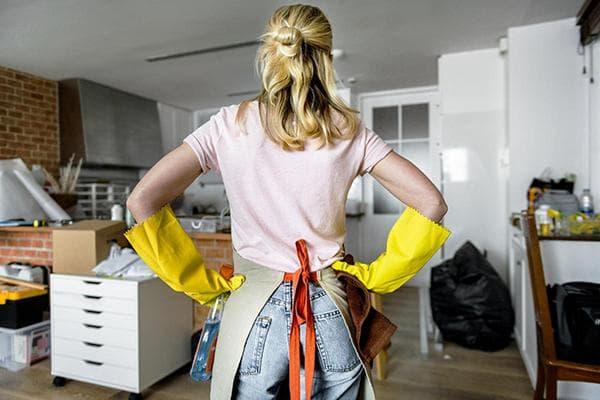 Женщина приступает к уборке в квартире