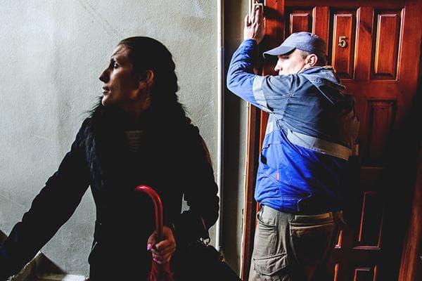 Сотрудник УК звонит в дверь квартиры
