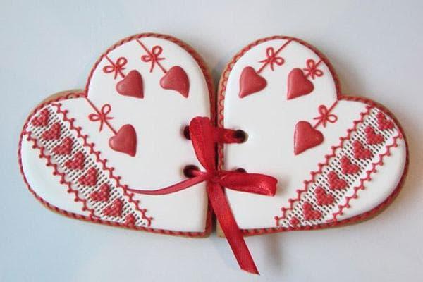 Два скрепленных пряника в виде сердец к 14 февраля