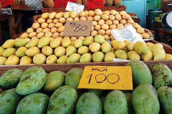 Разные сорта манго на рынке в Таиланде