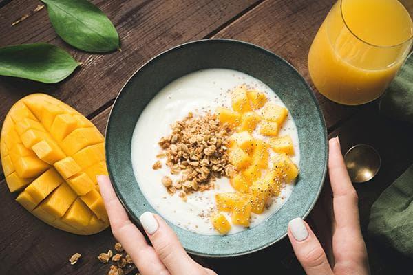 Гранола с йогуртом и манго