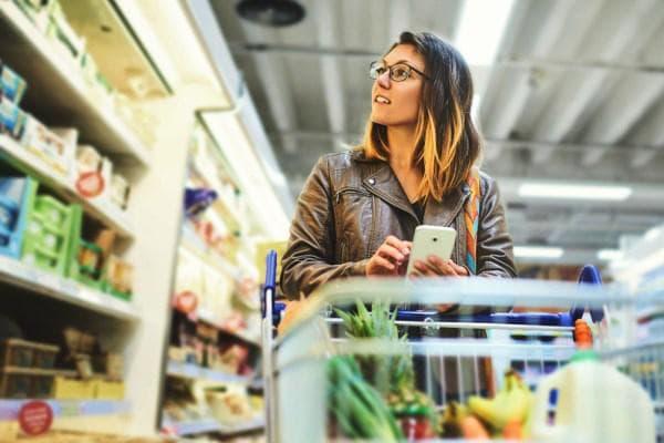 Женщина покупает продукты по списку