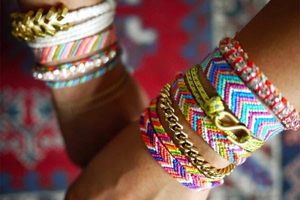 Разноцветные браслеты из ниток