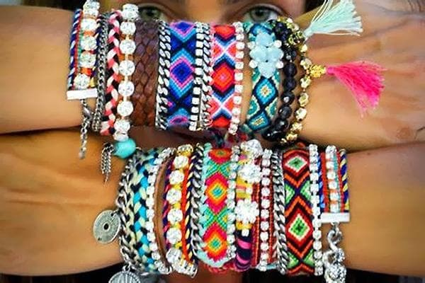 Разноцветные браслеты на руках