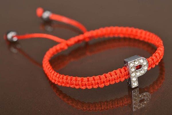 Простой браслет-ремешок из красной нити