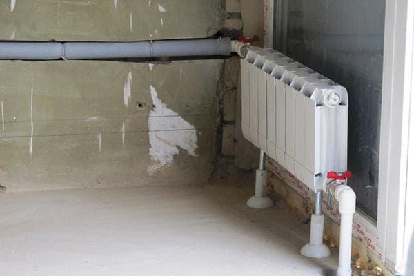 Подвод труб отопления к радиатору