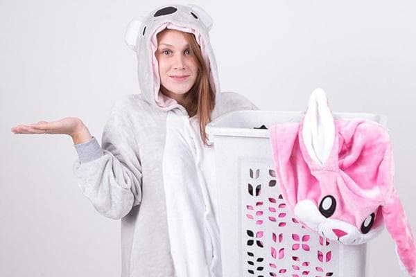 Девушка собирается стирать кигуруми