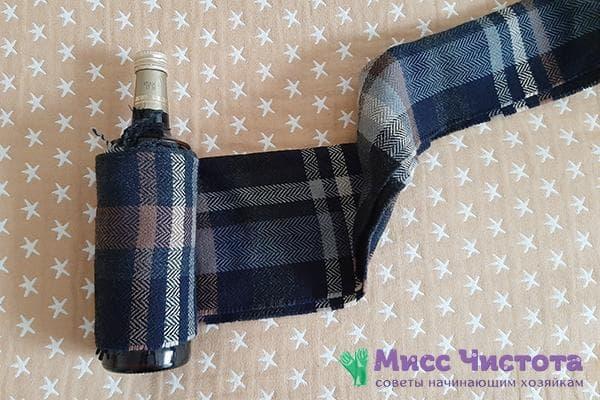 Наматывание шарфа на бутылку