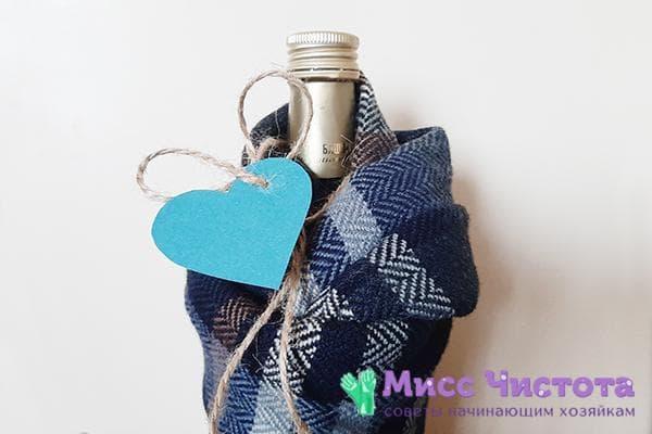 Бутылка, укутанная в шарф и украшенная сердечком