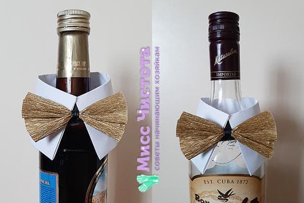 Бутылки с воротничками и бабочками из бумаги