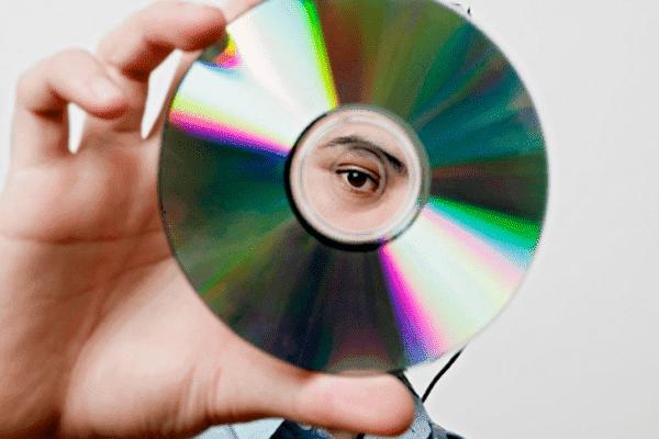 Мужчина держит СD диск