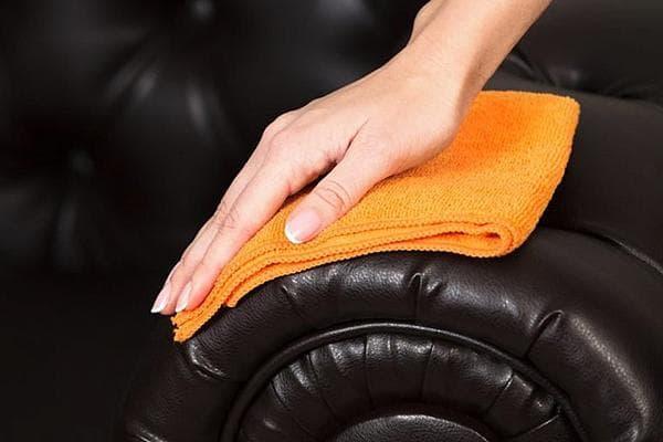Протирание кожаного дивана антистатиком