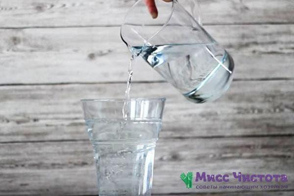 Воду наливают в вазу