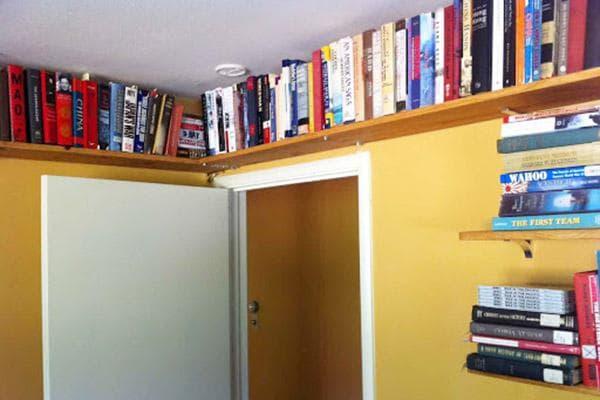 Книжные полки под потолком