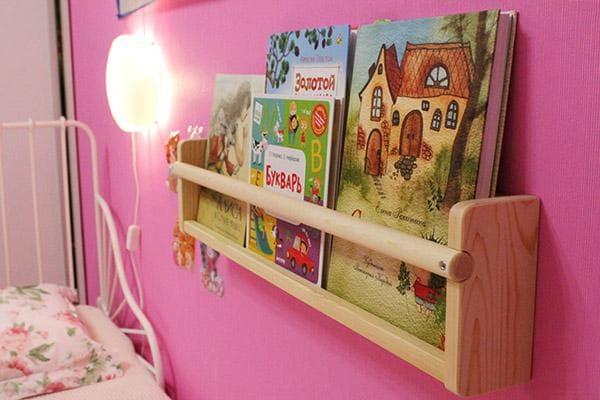 Небольшая книжная полка над кроватью в детской
