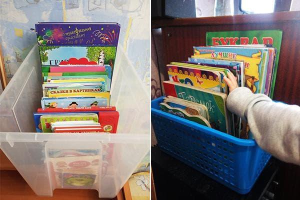 Хранение детских книг в пластиковых корзинах