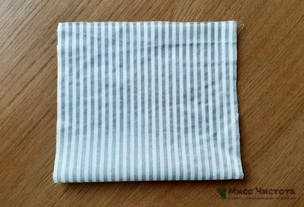 Отглаживаем ткань и сворачиваем пополам