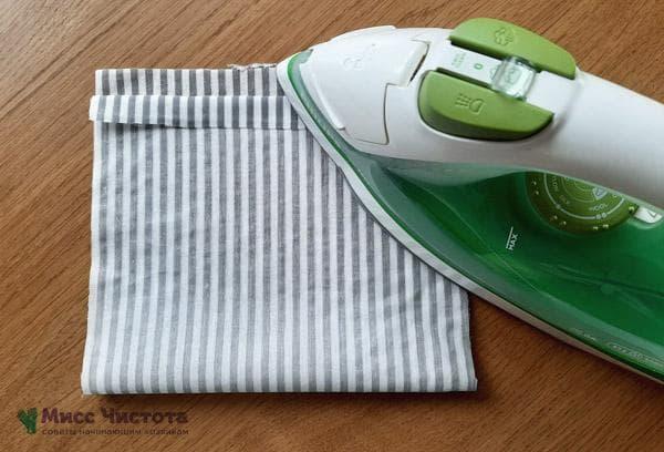 Подгибаем с одного края около 1,5-2 см ткани