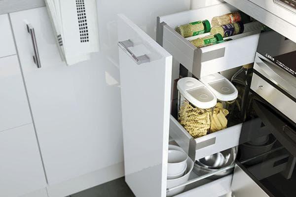 Бакалея и посуда в нижнем шкафу кухни
