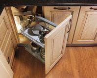 Хранение кастрюль в нижнем шкафу кухни