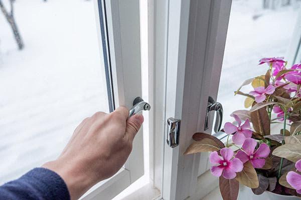 Открывание окна для проветривания