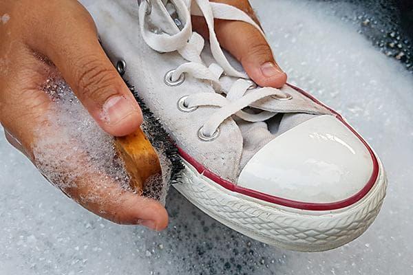 Мытье белых кед в мыльной воде