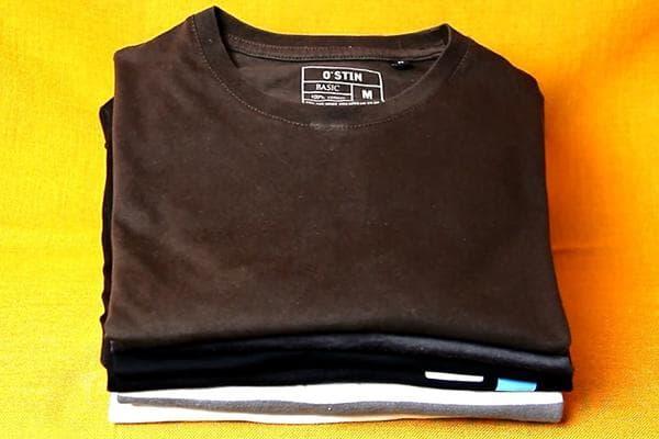 Сложенные футболки в стопке