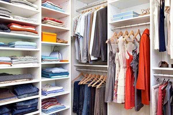 Аккуратно сложенные вещи в гардеробе