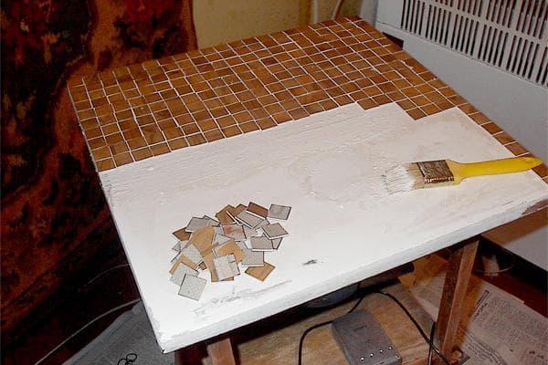 Оформление стола на даче мозаикой из обрезков линолеума