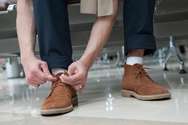 Мужчина в замшевых туфлях