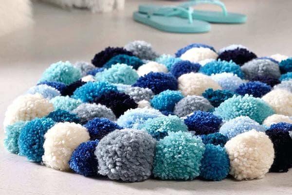 Коврик из помпонов в сине-голубых тонах