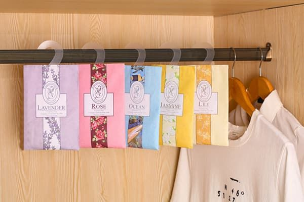 Саше-ароматизаторы в шкафу с одеждой