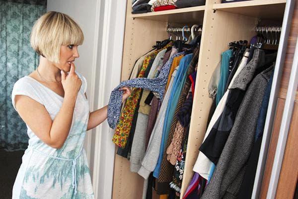 Женщина возле шкафа с одеждой