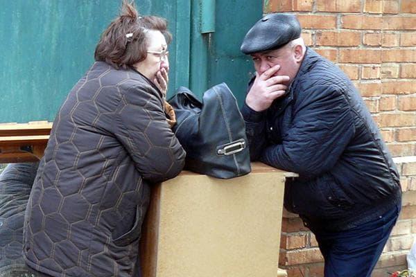 Пара пенсионеров со старой мебелью
