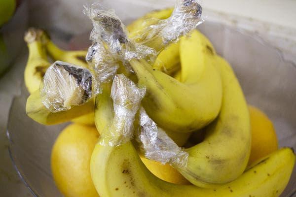 Бананы с пищевой пленкой на черешках