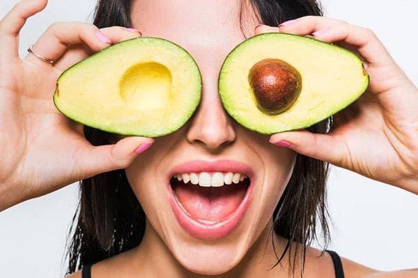 Девушка с разрезанным авокадо