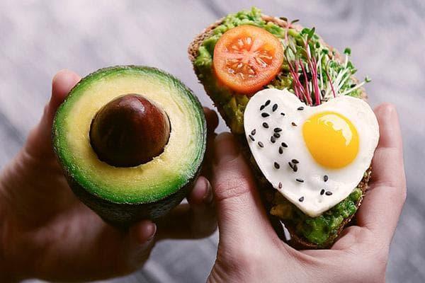 Полезный бутерброд с авокадо, яйцом и микрозеленью