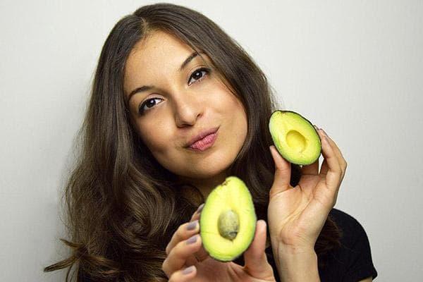 Девушка разрезала авокадо
