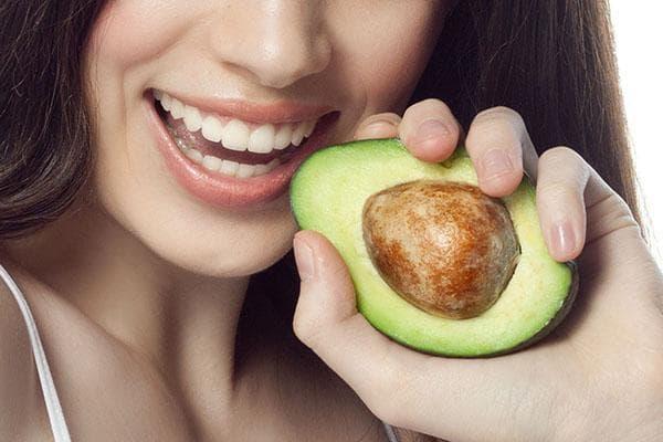 Женщина с половинкой авокадо