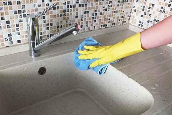 Мытье кухонной поверхности из искусственного камня