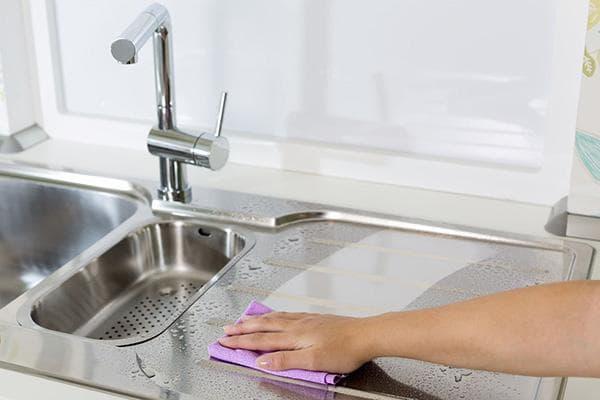 Мытье столешницы из нержавейки на кухне