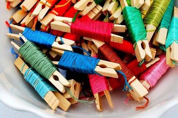 Разноцветные нитки, намотанные на прищепки