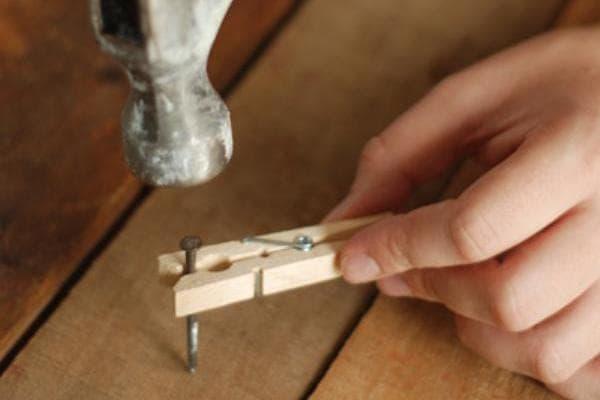 Использование прищепки при забивании гвоздя
