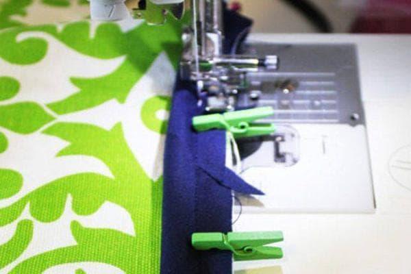 Фиксация ткани прищепками во время шитья