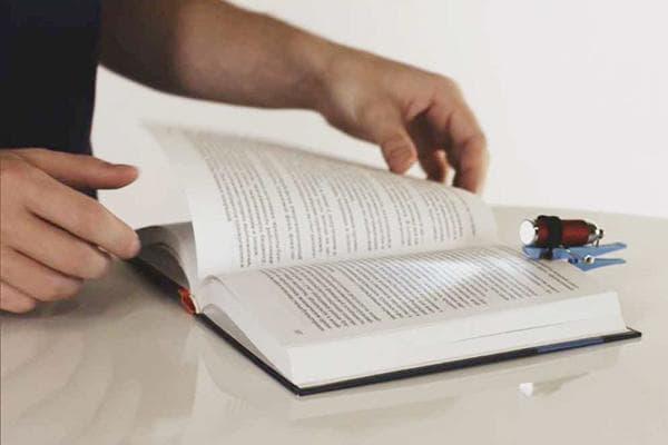 Фонарик на прищепке для чтения книг