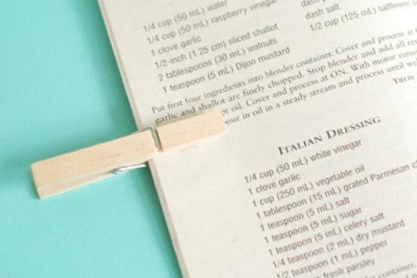 Фиксация страниц книги прищепкой